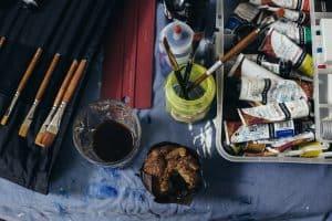 Schilders spullen in atelier